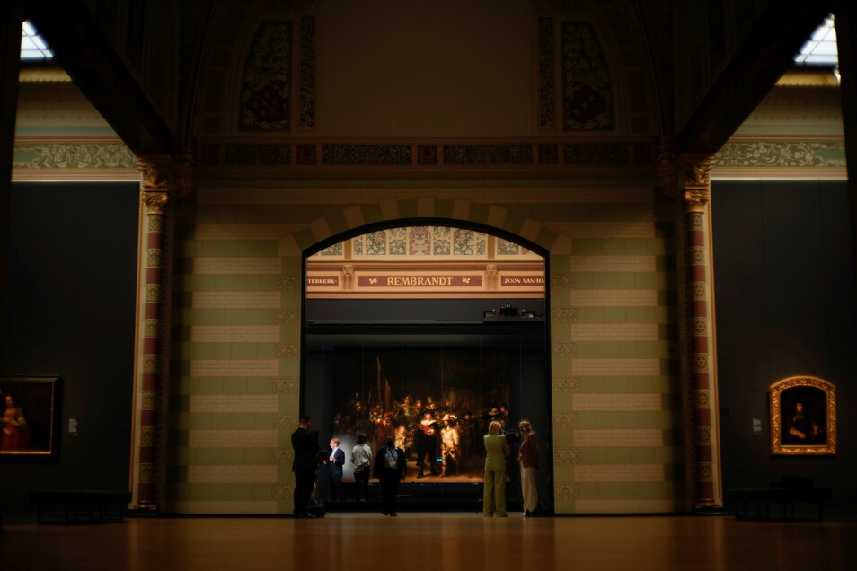 """Amsterdam: Das Gemälde """"Die Nachtwache"""" von Rembrandt wird in der Originalgröße im Rijksmuseum ausgestellt."""