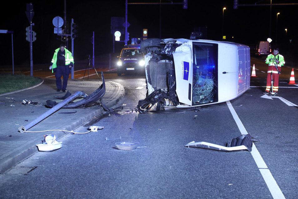 Bei einem Unfall in Dresden ist der betrunkene Fahrer eines Kurier-Transporters verletzt worden.