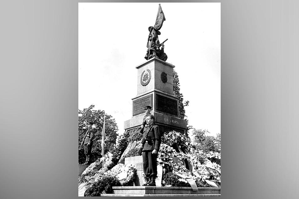 Das Denkmal für die Gefallenen der Roten Armee steht am Olbrichtplatz.