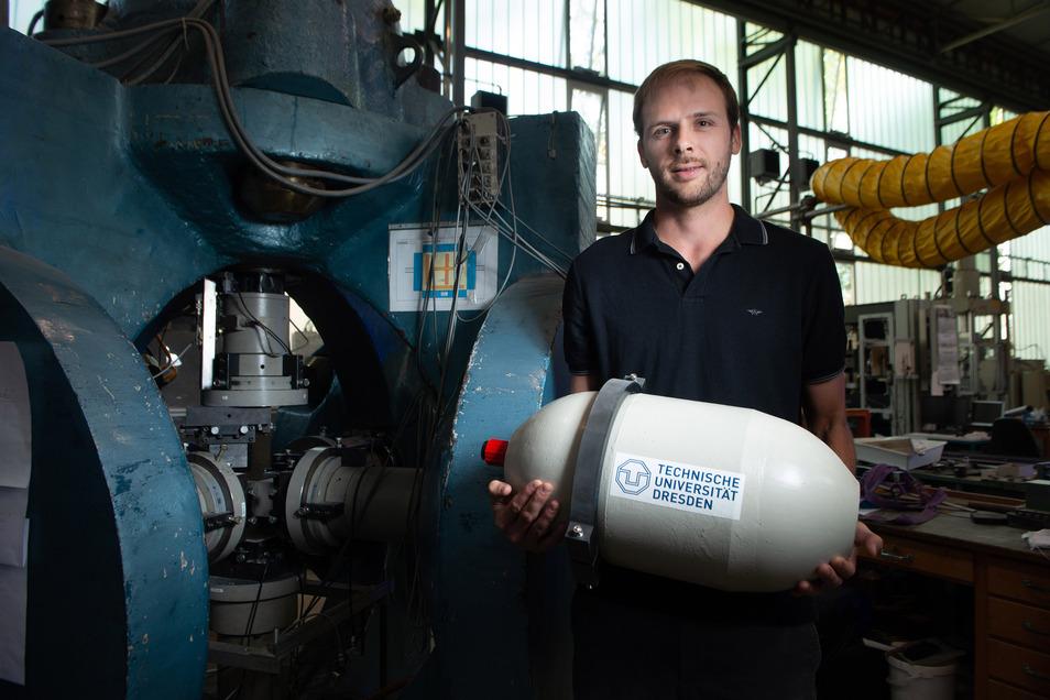 Noch kann Sebastian Wilhelm sein Tiefsee-Druckgehäuse bequem tragen. Die nächste Generation der Kapsel soll schon zwei Meter lang sein.