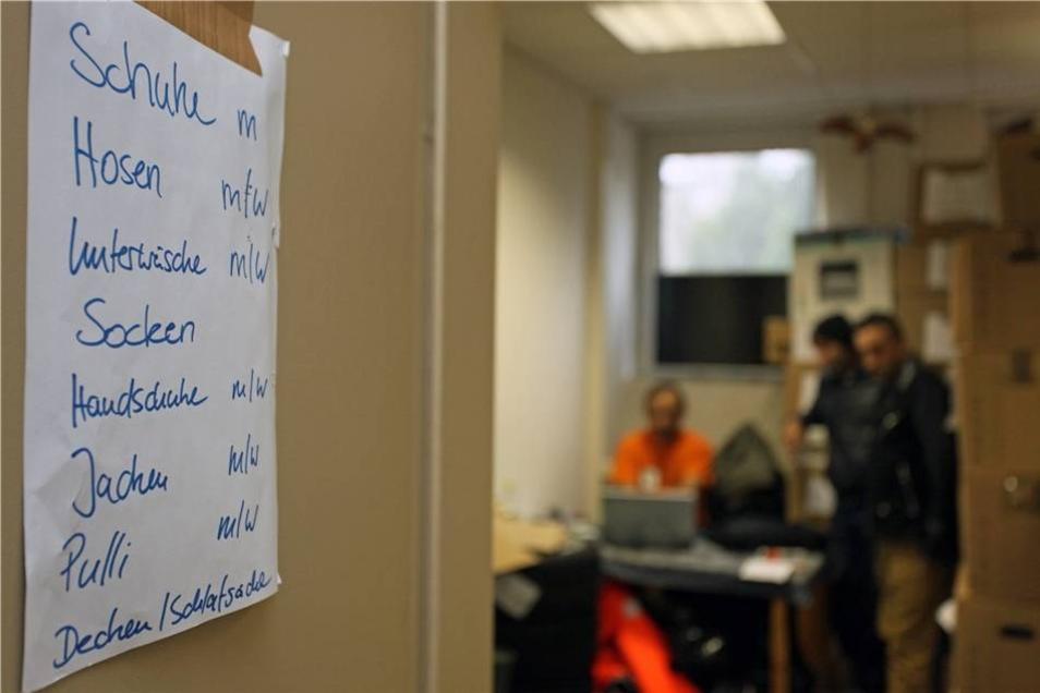 Das provisorische Büro des Dresden-Balkan-Konvois fungiert als Kleiderkammer in Kisten.