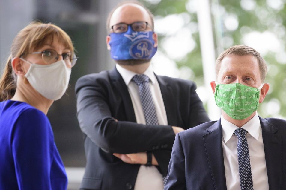 Corona-Alarm: Justizministerin Katja Meier (Grüne) Kultusminister Christian Piwarz und Ministerpräsident Michael Kretschmer (beide CDU) demonstrieren der besorgten Öffentlichkeit wie man den Mund-Nasen-Schutz richtig trägt.