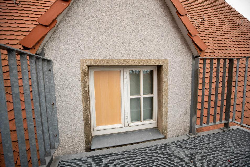 Das Fenster, über das die Täter eingedrungen sind, wurde mit einer Holztafel gesichert. Die angebaute Feuertreppe ermöglichte es den Tätern, ins dritte Stockwerk zu gelangen.