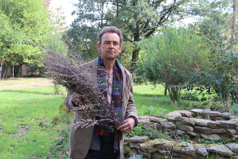 Der Naturarzt Uwe Wilhelm Haspel lebt auf dem Lebensgut Pommritz bei Hochkirch. Er engagiert sich beim Bautzner Frieden um mitzuhelfen bei der Ursachenforschung für Kriege wie in der Ukraine oder in Syrien.