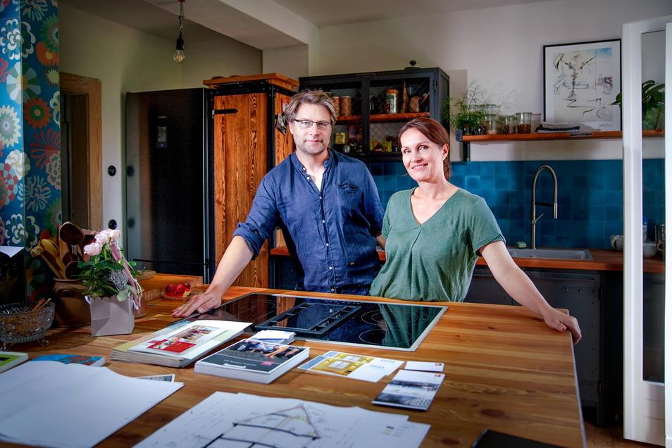 Aus drei Zimmern im Erdgeschoss ist ein Lebensraum mit offener Küche für die ganze Familie geworden. Der Lieblingsplatz von Arlett Wilhelm und Stefan Dirlich.