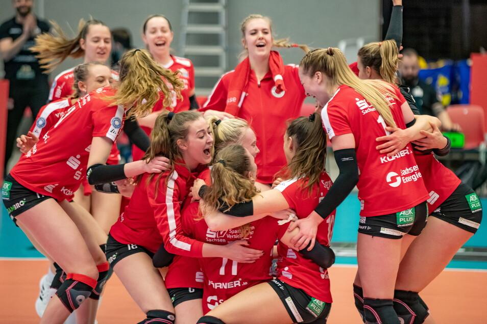 Die Erleichterung muss raus: Nach einem Fünf-Satz-Krimi steht der DSC im Halbfinale der deutschen Meisterschaft.