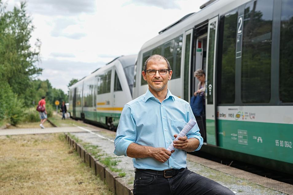 Von der Station Schirgiswalde/Kirschau aus fahren Züge nach Dresden und Zittau. Jetzt starten Bauarbeiten, bei denen auch ein neuer Zugang zum Bahnsteig entsteht. Bürgermeister Sven Gabriel freut sich auf bessere Bedingungen für Zugfahrer.
