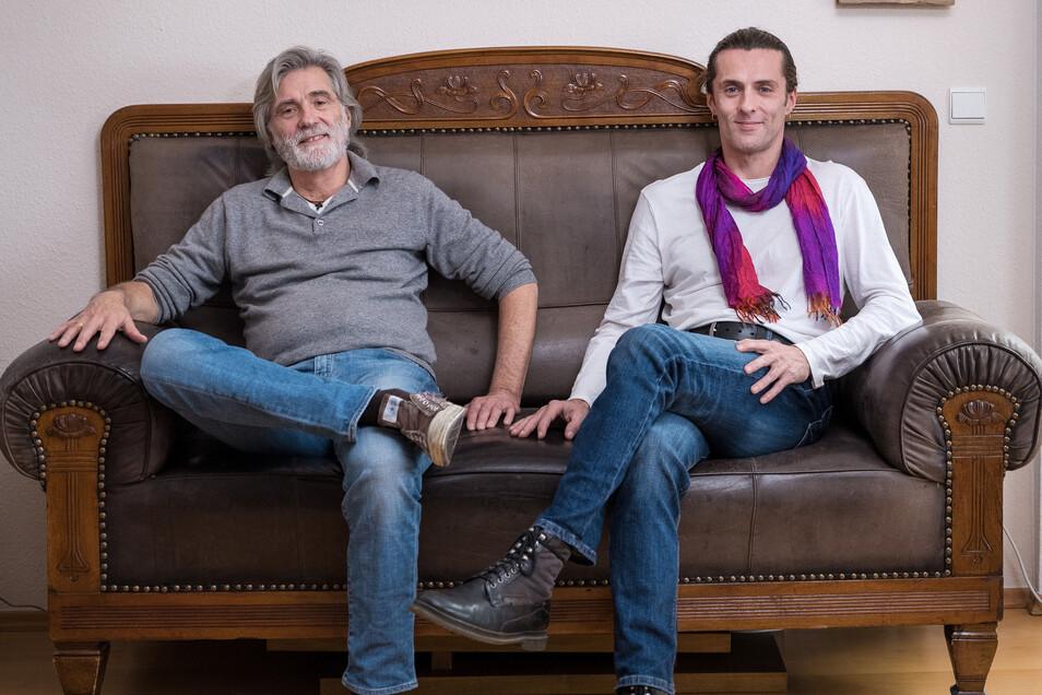 """Arnold """"Murmel"""" Fritzsch (l.) zusammen mit seinem Sohn Marcus Gorstein auf dem alten Familiensofa. Fritzsch lebt in Berlin-Pankow, wurde aber 1951 in Schlettau bei Annaberg-Buchholz geboren. Gorstein kam 1973 in Berlin zur Welt."""