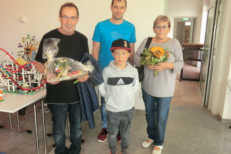 Marcel Ressel (hinten Mitte) begrüßte Familie Helmig mit Enkel Henry aus Colditz als 2.000. Besucher in der Lego-Ausstellung im Waldheimer Stadt- und Museumshaus.