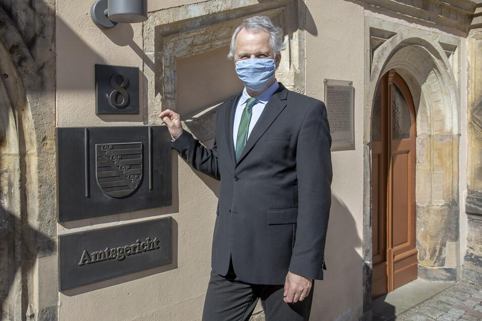 Amtsgerichtsdirektor Rainer Aradei-Odenkirchen trägt hier Mundschutz, auch wenn er sich über dessen Nutzen unsicher ist.
