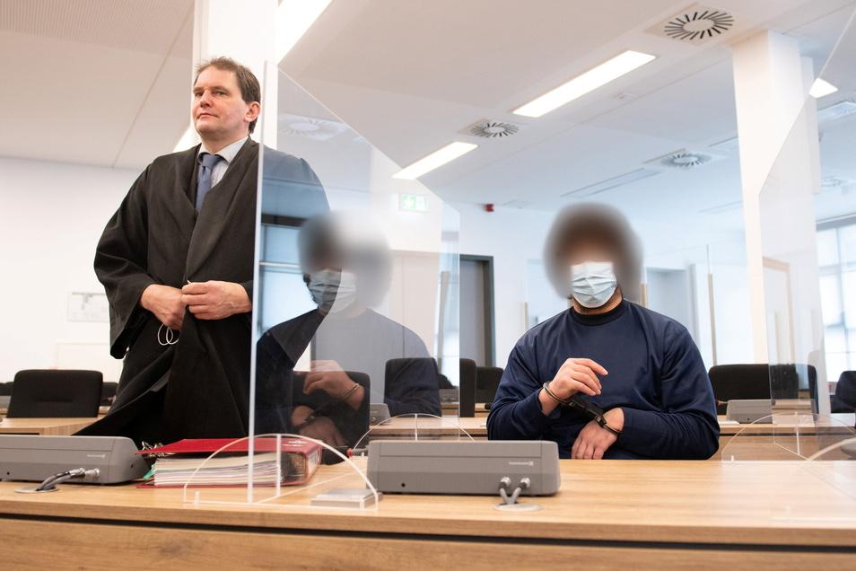 Abdullah A. (r.) wurde zu einer lebenslangen Freiheitsstrafe verurteilt. Sein Anwalt Peter Hollstein (l.) hatte für den Mord zwar auch die Höchststrafe gefordert – allerdings nach Jugendstrafrecht.