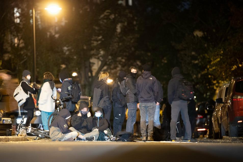 Menscher sitzen auf der Straße.
