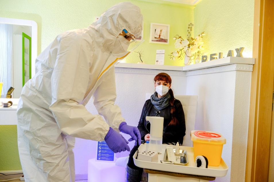 Claudia Ulbrich bereitet in ihrem Kosmetikstudio Boxdorf einen Schnelltest vor. Ab kommenden Montag testet sie auch in Oberau.