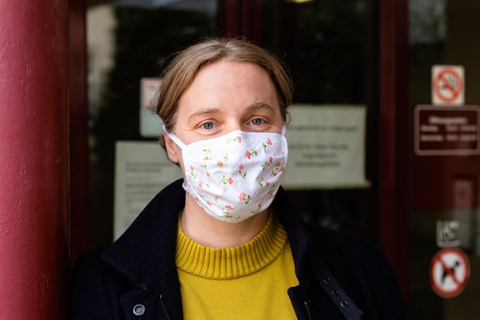 Kein enger Kontakt dank Mundschutz: Amtsärztin Dr. Jana Gärtner erklärt, wie Kontaktpersonen ermittelt werden.