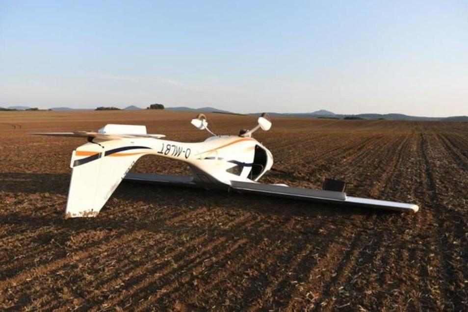 Nach der Notlandung überschlug sich das Leichtflugzeug auf dem Acker bei Seifhennersdorf.
