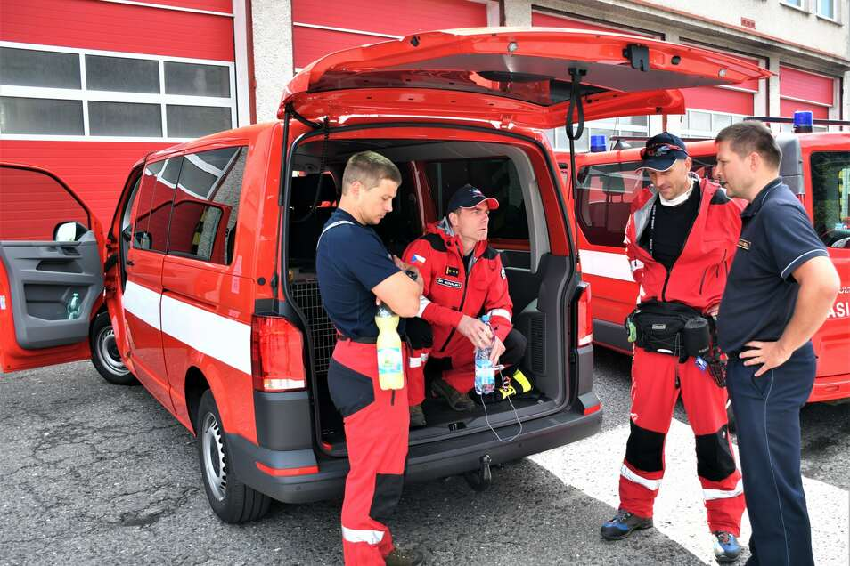 Ein Bild von den Rettungsleuten, die derzeit in Beirut im Einsatz sind.