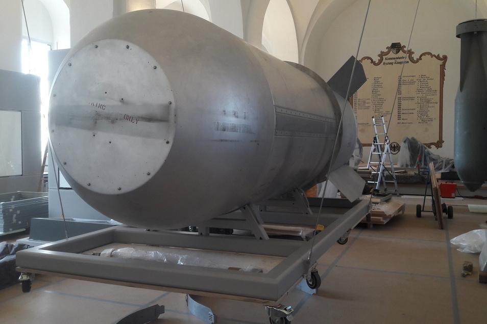 Die Wasserstoffbombe ist im Zeughaus angekommen. Im Hintergrund (rechts) hängt eine hitlerdeutsche Großladungsbombe SB 2500.
