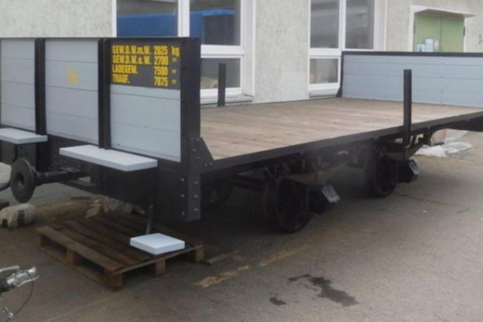Noch bei der Restaurierung: Ein historischer Güterwagen der Meißner Straßenbahn zum Transport von Jute ist am 5. Oktober 2021 im künftigen Verkehrsmuseum eingetroffen.