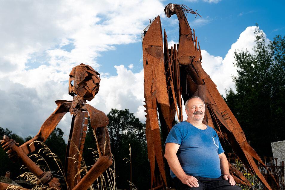 Hubert Lange ist Mitglied im Nebelschützer Verein Steinleicht. Jedes Jahr organisiert er mit anderen die Bildhauerwerkstatt, Den SZ-Reporterinnen  hat er erzählt, wofür sein Herz aber noch viel mehr schlägt.