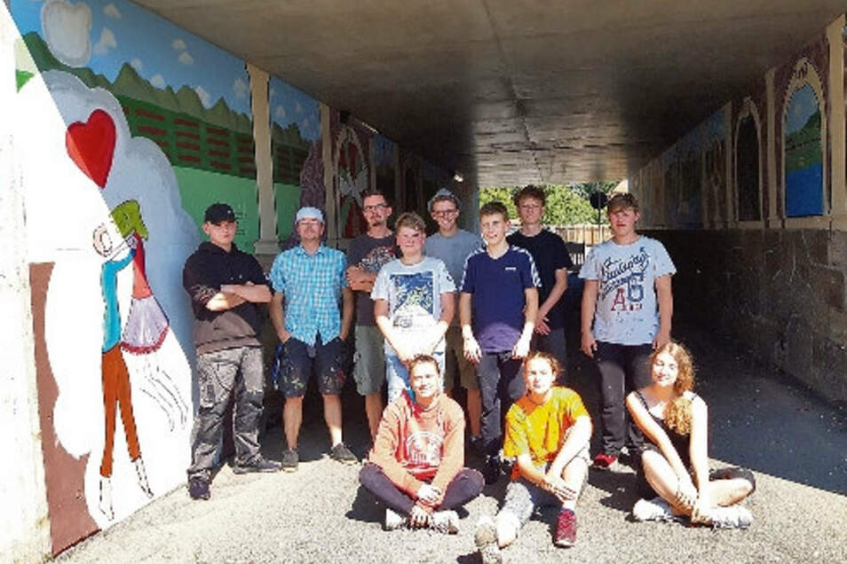 Vier Tage lang haben Schüler der Oberschule Kötzschenbroda fleißig in der Unterführung gemalt. Entstanden sind Motive zum Thema Frieden.