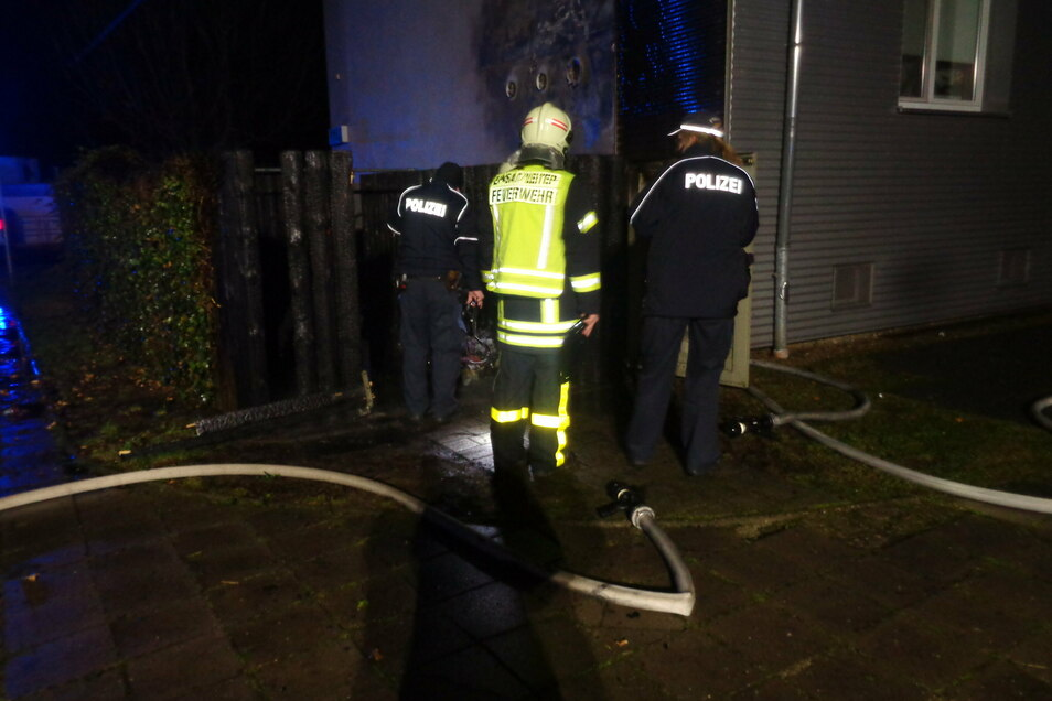 Einsatzkräfte begutachten nach dem Löschen den vermeintlichen Brandherd. Sie schließen nach ersten Erkenntnissen Brandstiftung nicht aus.