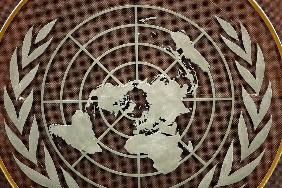Das Logo der Vereinten Nationen ist im Saal der Generalversammlung im UN-Hauptquartier zu sehen.