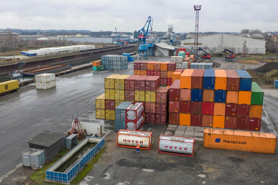 Blick auf den Hafen in Riesa. Im vergangenen Jahr sind die Umschlagszahlen deutlich eingebrochen. Schuld ist laut Betreiber in erster Linie der Lockdown im April.