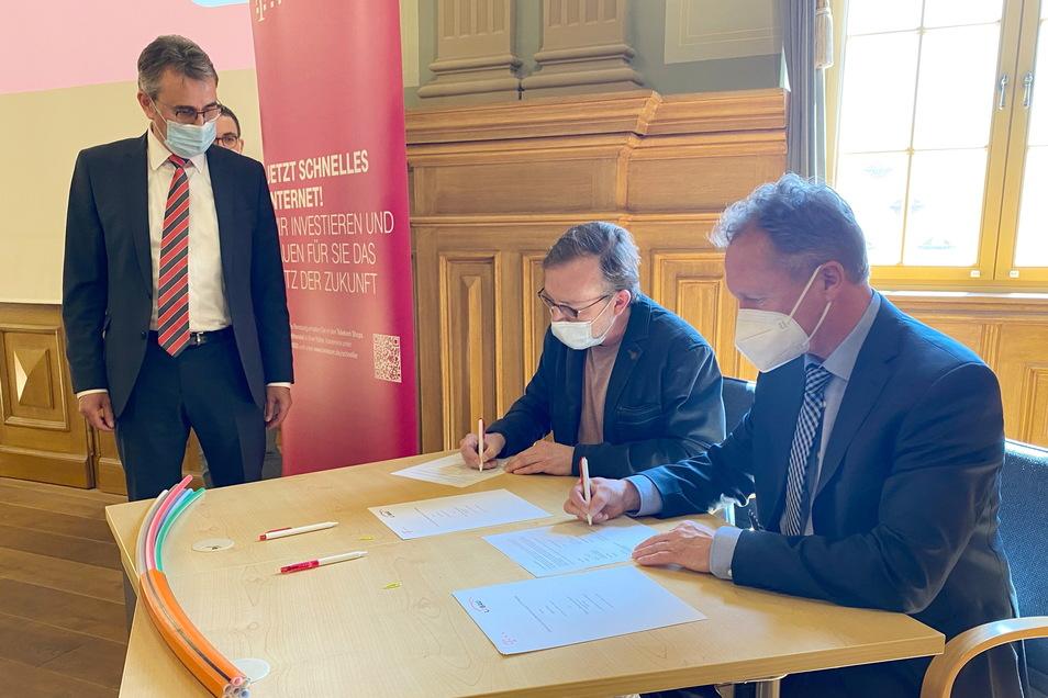 Vertreter der Telekom und Löbaus stellvertretender Oberbürgermeister Ingo Seiler (zweiter von rechts) unterzeichneten am Montag einen Vertrag zum Ausbau des Glasfaser-Internets.