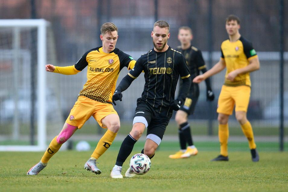 Julius Kade kommt gegen Milos Kratochvil zu spät, meist gewinnt Dynamos Mittelfeldspieler aber die Zweikämpfe.