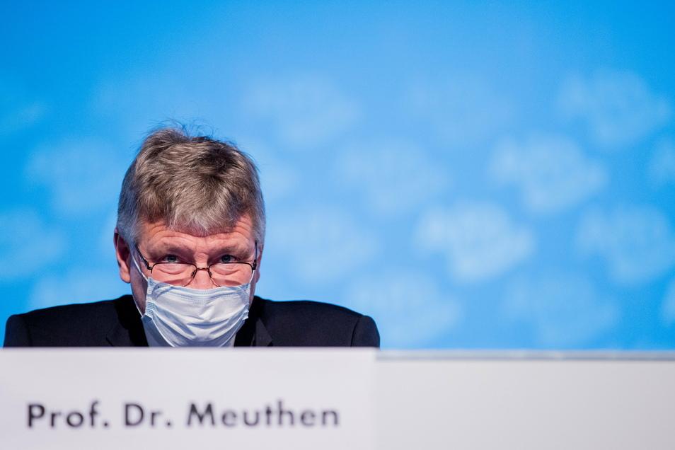 Jörg Meuthen sitzt bei dem AfD-Bundesparteitag auf dem Podium.