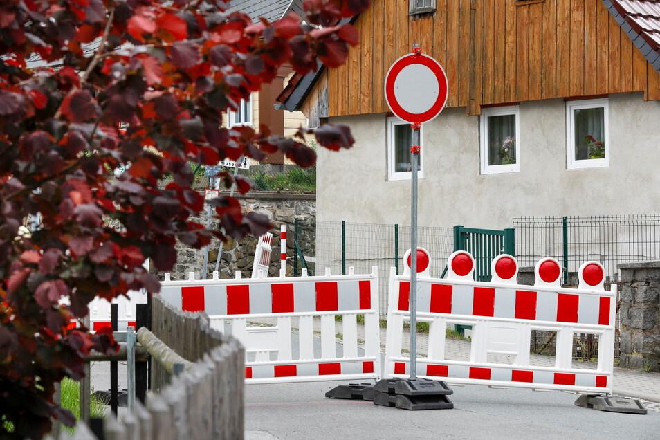 Seit Mai ist die Warnsdorfer Straße in Seifhennersdorf dicht. Sie ist unter anderem der einzige Weg zum Pflegeheim.