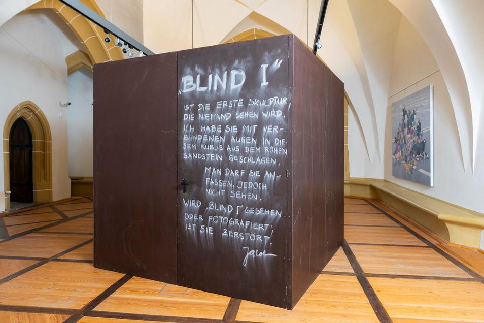 """Anfassen erlaubt, ansehen verboten: Rainer Jacob schuf in dem Kubus """"Blind I"""" eine Skulptur, die zerstört wird, wenn man sie sieht."""