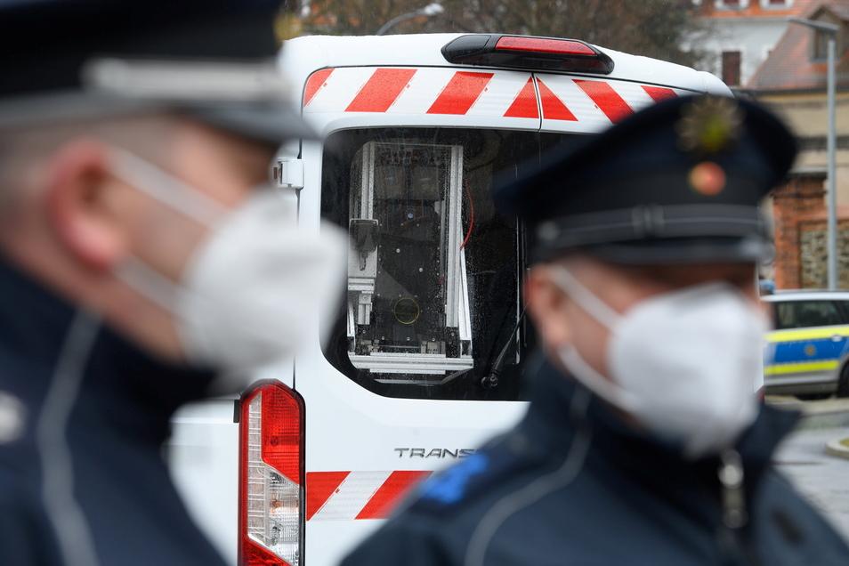 Vorstellung in Görlitz: Polizisten stehen vor einem Lieferwagen der Soko Argus, der mit einer Kamera-Laser-Einheit ausgestattet ist. Damit kann auch Autodieben auf die Spur gekommen werden.