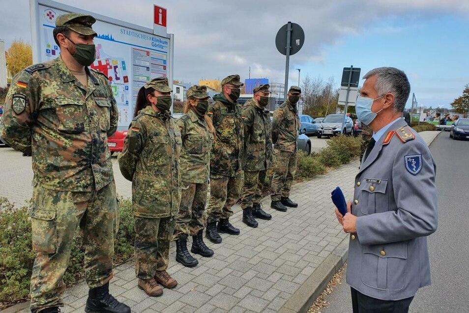 Der Generalstabsarzt der Bundeswehr Dr. Stephan Schmid informierte sich über die Arbeit und den Einsatz der 100 Soldaten aus Berlin und Weißenfels, die in den nächsten vier Wochen die fünf Krankenhäuser im Landkreis unterstützen