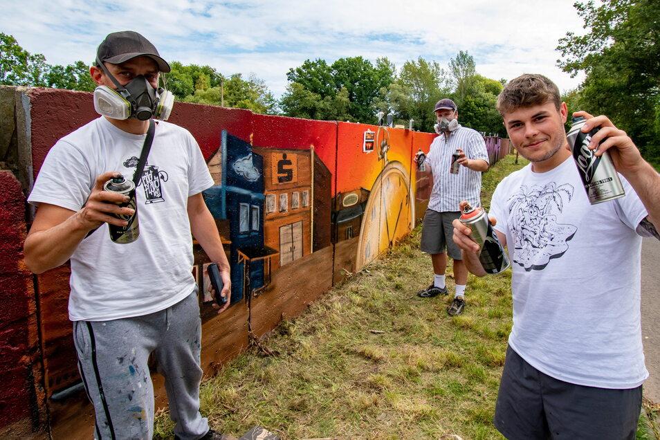 Christoph Krämer (von links), Tom Händler und Lukas Spreer haben ein Graffiti-Event vorbereitet. Die Mauer an der Fichtestraße soll durch verschiedene Künstler gestaltet werden.