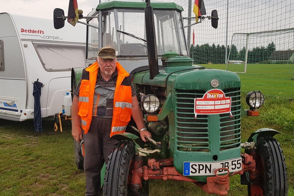 Vorfreude auf das Treckertreffen: Jürgen Bunzel aus Großjamnow bei Forst in Brandenburg ist extra wegen des Traktorjubiläums nach Kemnitz gekommen.