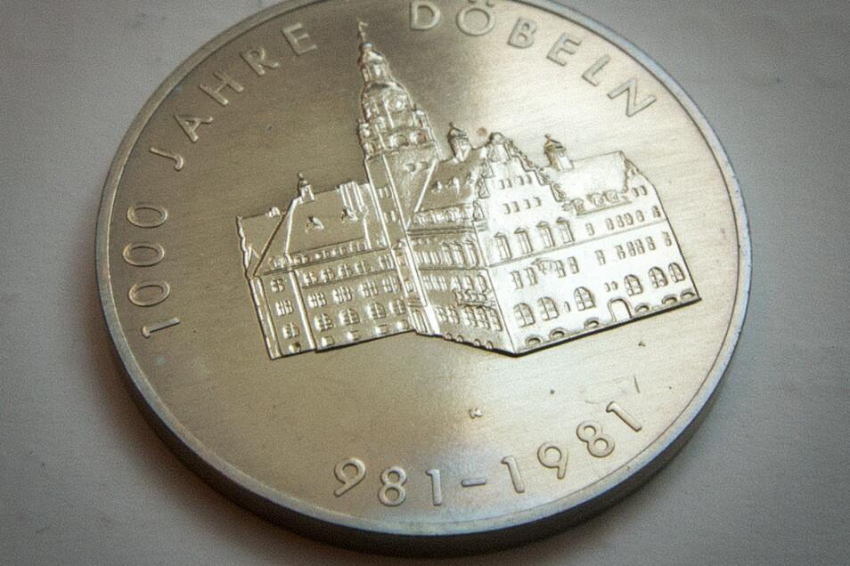Eine Gedenkmünze von 1981 bewahrt Dieter Anders ebenso auf – Neusilber, 24 Gramm schwer. 32 Mark der DDR hat sie damals gekostet.