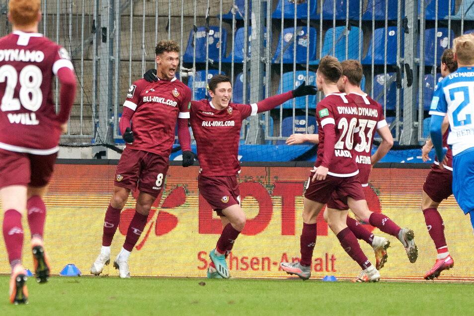 Heinz Moerschel feiert mit seinen Mannschaftskamaraden seinen 1:0-Siegtreffer.