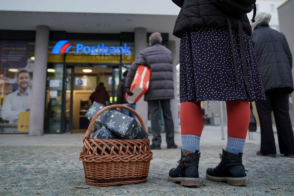 Auch am Freitagmorgen bildete sich eine lange Schlange vor der Postbankfiliale am Antonsplatz - noch bevor die Post öffnete.