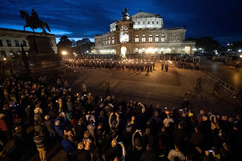 Der Zapfenstreich soll ein Zeichen der Anerkennung soldatischer Leistungen und der Verankerung der Brigade in der Mitte der Gesellschaft sein. Einige hundert Zuschauer verfolgten die Zeremonie.