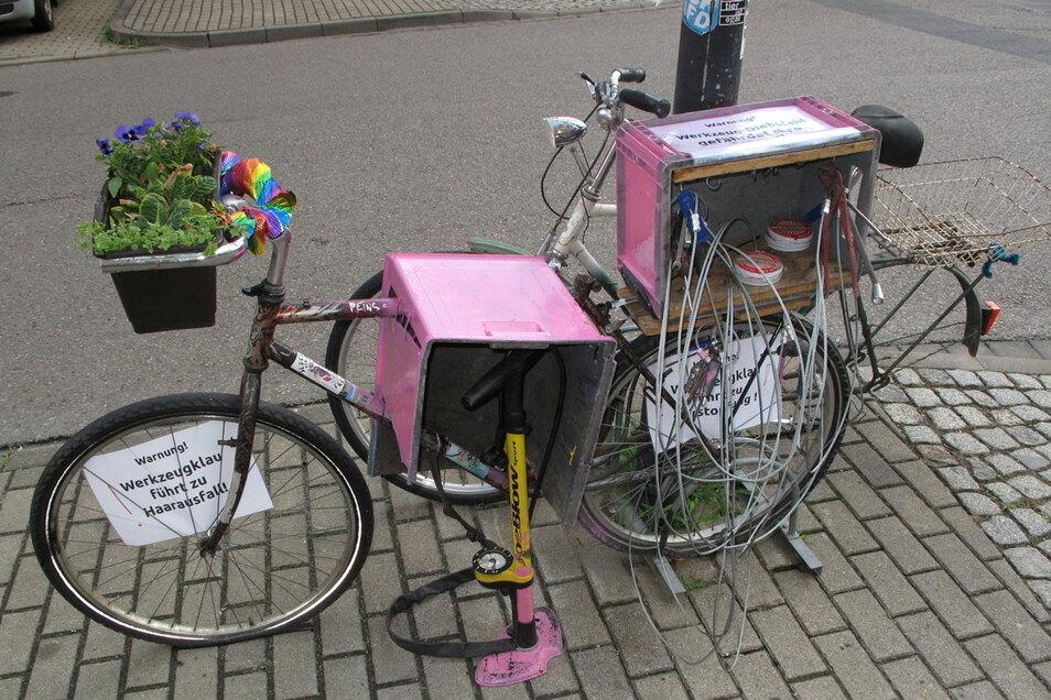 """Wegen Corona musste die Fahrradselbsthilfewerkstatt """"Zum Rostigen Ross"""" schließen. Mit dieser Notlösung hat sie sich bisher beholfen."""