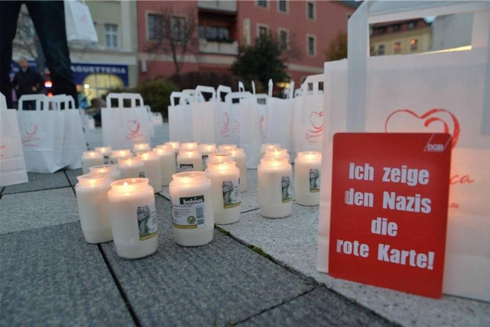 """Ein Labyrinth aus Kerzen haben Mitglieder des Bürgerbündnis """"Bautzen bleibt bunt"""" auf dem Kornmarktals Zeichen gegen Rechts aufgebaut."""