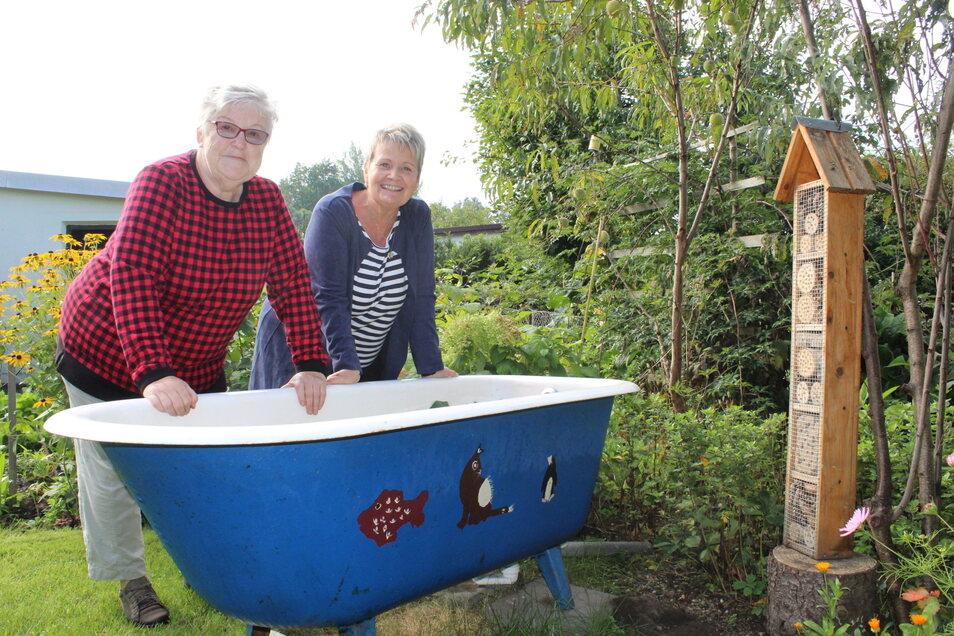 """Sabine Posselt zeigt """"Flora et Herba""""-Organisatorin Bärbel Fischer die blaue Badewanne in ihrem Garten."""