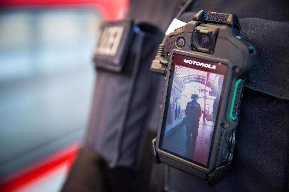Seit Montag sind die Streifen der Bundespolizei an den Dresdner Bahnhöfen und am Flughafen mit Mini-Kameras unterwegs. Diese Bodycams zeichnen das unmittelbare Geschehen in Konfliktfällen auf.