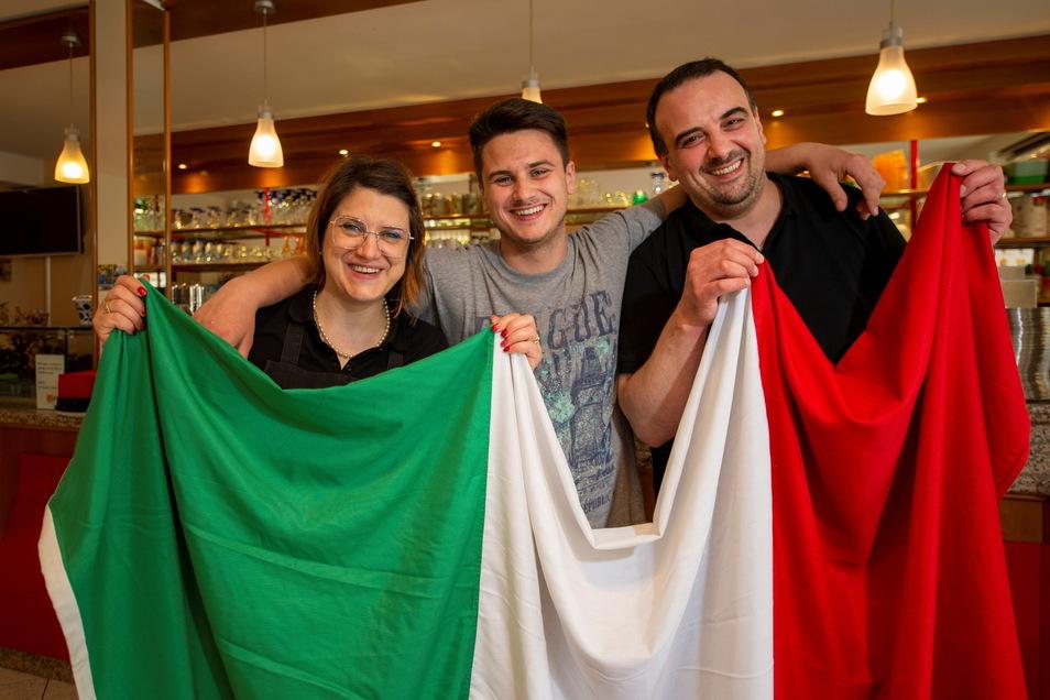 """Am Tag danach: Lara, Thomas und Sandro Marcon (v.l.) vom Eiscafe """"San Marco"""" in Großenhain freuen sich riesig über das gewonnene Endspiel der italienischen Fußball-Nationalmannschaft."""