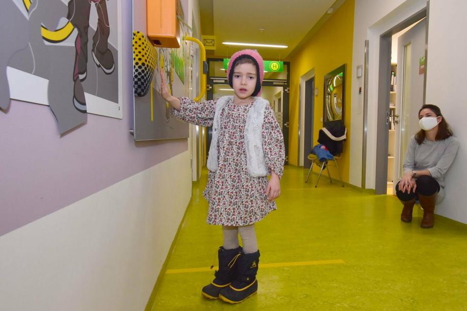 Auch die sechsjährige Mathilda fährt gern Straßenbahn und hat gerade das schwarz-gelbe Polster der DVB auf der Tafel entdeckt. Ihre Mutter beobachtet sie dabei.