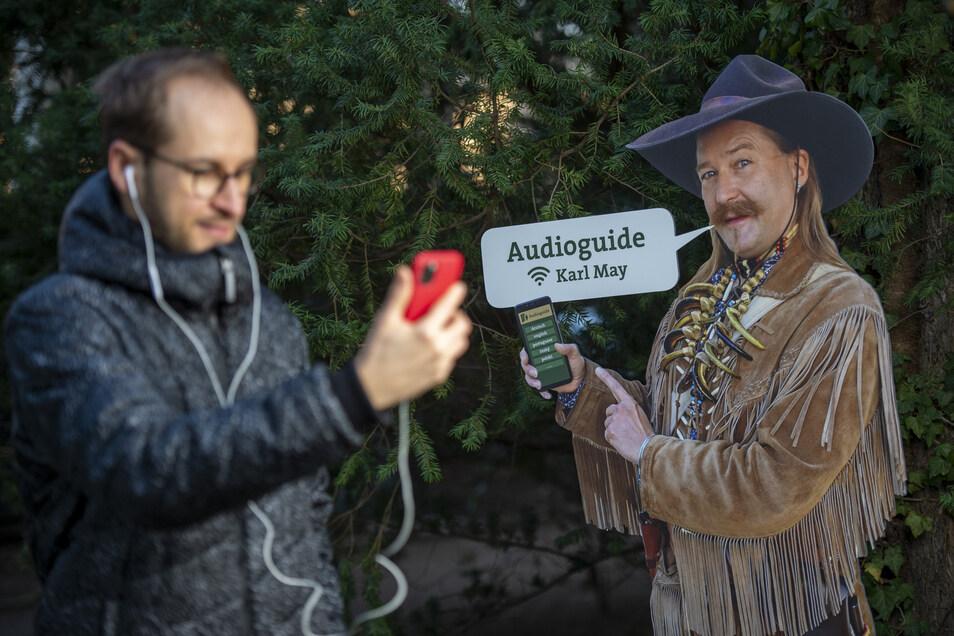 So geht es mit dem Audioguide vom Handy aus. Museumssprecher Kevin Sternitzke zeigt es an einer Station im Garten des Museums.