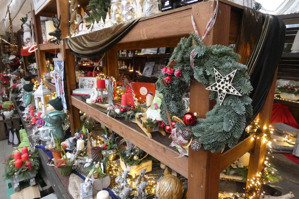 Die Auswahl an weihnachtlichem Schmuck und Dekorationen ist groß: Vom ausgezeichneten Kranz bis hin zu kleineren Elementen reicht sie. (Pflanzenhof Schulze)