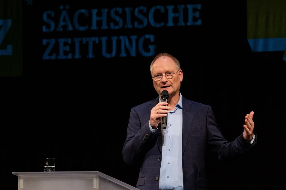 Er habe extra dafür gesorgt, dass dieser Sonntag der erste schöne Tag des Frühlings werde, sagt Sven Plöger im Dresdner Schauspielhaus.