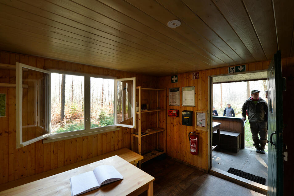 Hereinspaziert: In der Haselmausbaude bei Cunnersdorf und den anderen Trekkinghütten am Forststeig darf ab 12. Juni wieder übernachtet werden.